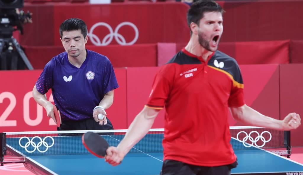 莊智淵(左)在第5點單打還是過不了奧恰洛夫這關,中華隊以2比3惜敗德國,止步男團8強。(季志翔攝)