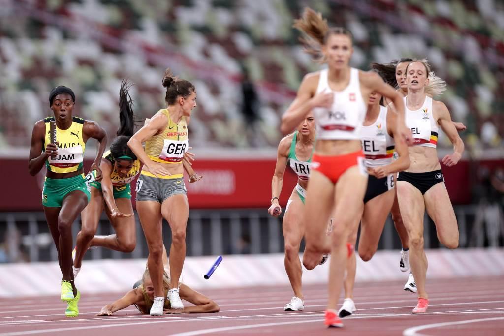 德國女將在1600公尺混合接力賽跌倒掉棒。(路透)