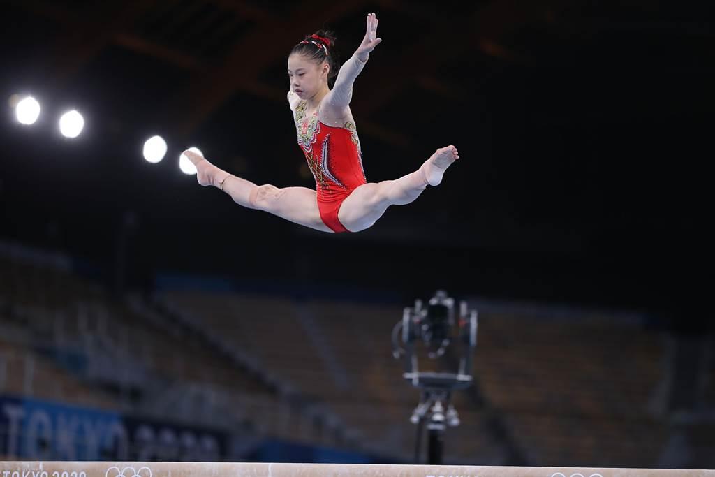 16歲管晨辰體操平衡木奪金勝了傳奇女王拜爾斯。(澎湃新聞)
