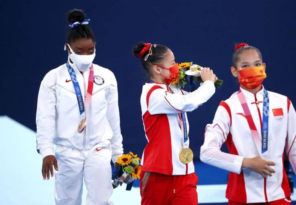 美國體操女將拜爾斯(左)在平衡木獲得銅牌,結束奧運之旅。(路透)