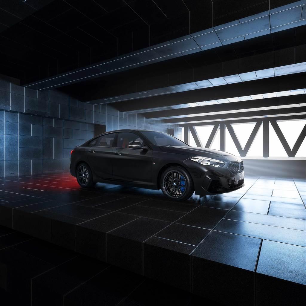 全新BMW M235i Black Storm Edition獨有的迷人流暢線條,在道路上馳騁有如流星劃過天際。(圖/BMW提供)