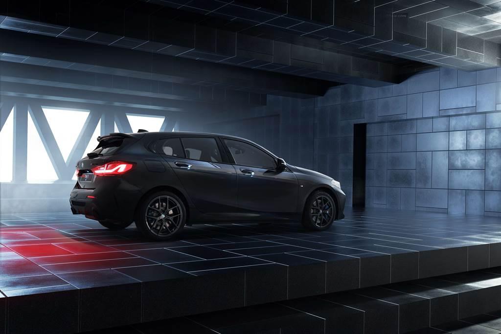 全新BMW M135i Black Storm Edition掀背尾門造型與兼具運動化外觀與優化空氣力學功能的黑色M款擾流尾翼,性能氣息十足。(圖/BMW提供)