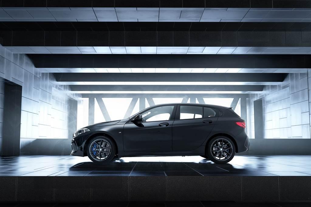 黑色18吋M款專屬V幅式輪圈與藍色卡鉗,為Black Storm Edition增添神秘而動感的跑格個性。(圖/BMW提供)