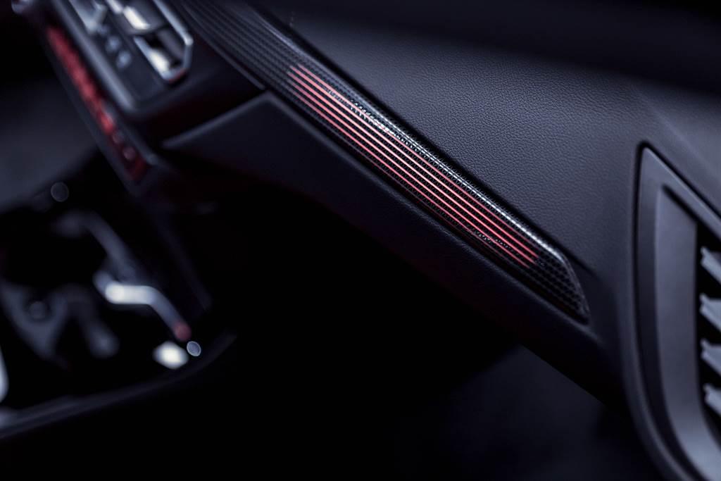 Berlin光影飾板搭配高質感Dakota真皮內裝,刻劃出精緻沉穩的質感氛圍。(圖/BMW提供)