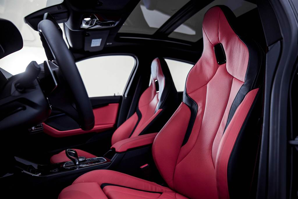 M Performance強化套件使車體結構輕量化,M135i / M235i Black Storm Edition零百加速在4.7/4.8秒間即可完成;M雙前座跑車座椅更提供駕駛完美的舒適包覆性與支撐性。(圖/BMW提供)