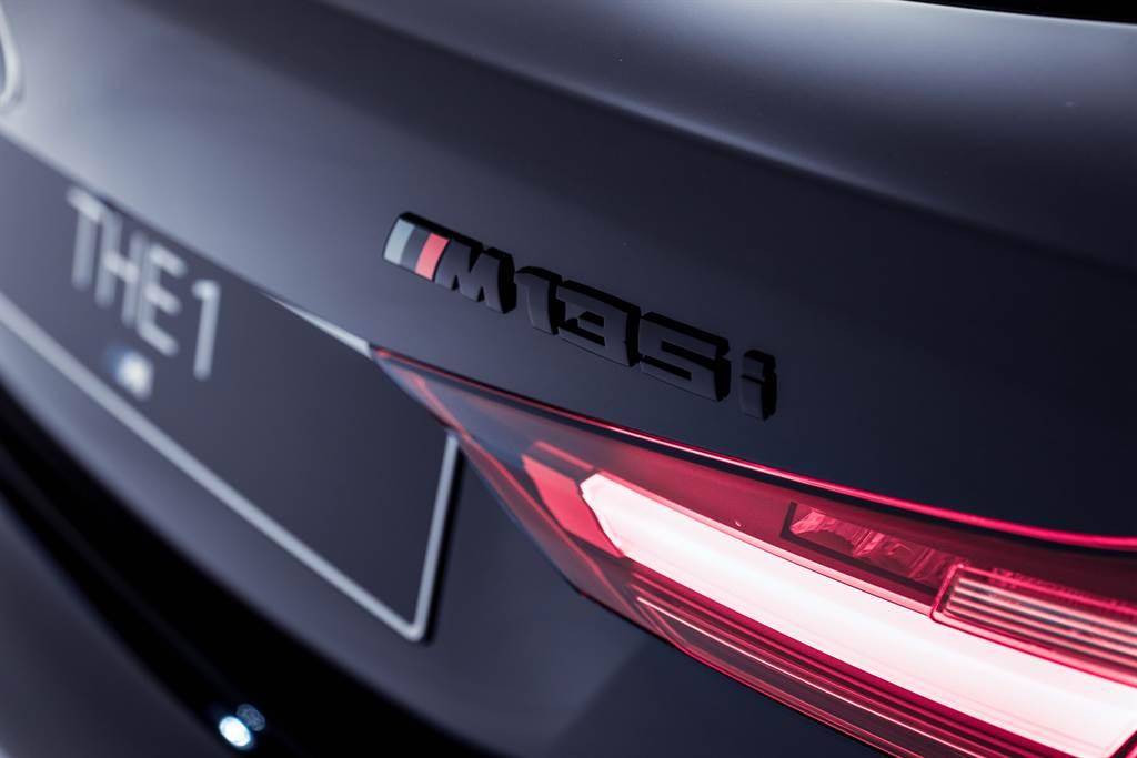 黑色的車漆搭配Black Storm Edition專屬的黑色車型銘牌,冷酷低調卻讓人無法停止注目。(圖/BMW提供)