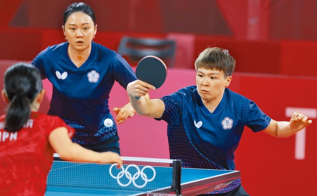 奧運桌球女子團體賽,中華隊不敵日本以0比3輸球,首輪雙打的陳思羽(右)與鄭先知(左)就不敵日本而敗陣。(季志翔攝)