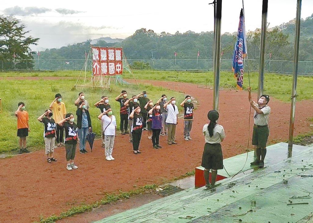 桃園市復興區介壽國中走入歷史,教職員、校友會在上周五參與降校旗儀式。(呂筱蟬攝)