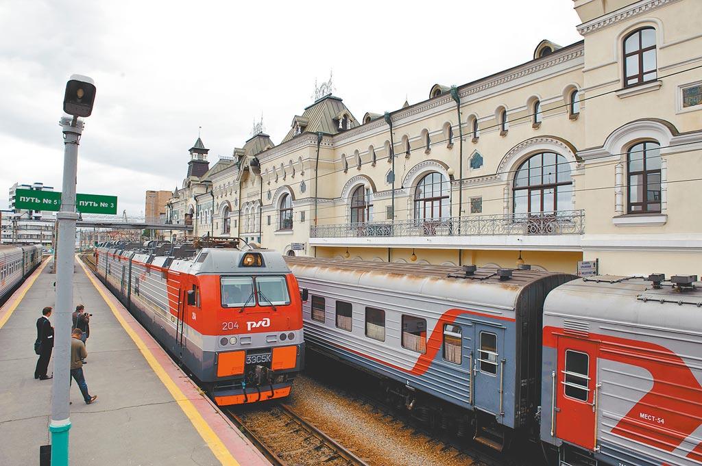 俄羅斯正積極升級改造西鐵和其他遠東鐵路設施,此舉有助於俄國將更多農、礦產品出口到中國。圖為西伯利亞大鐵路(西鐵)俄羅斯遠東終點站符拉迪沃斯托克(海參威)火車站內,客運列車等候發車。(新華社)