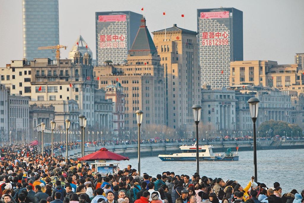 上海上半年GDP達到人民幣2兆102億元,在大陸各城市中排第一位。(新華社)