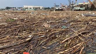 連日豪雨不斷  嘉義東石漁港淤積近20噸漂流物
