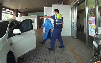 慌張男敲警車窗求救 熱心霧警即刻開道送醫