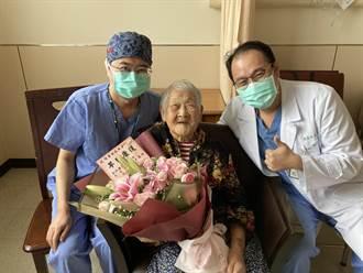新竹國泰醫師打團體戰 幫108歲阿嬤摘出蘋果大囊腫