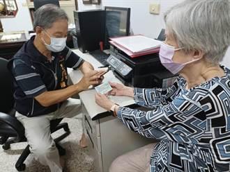 不會上網免煩惱 中市里鄰系統助長者方便預約疫苗