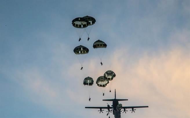 太平洋騎兵-21演習內容包含美軍第82空降師與日本陸上自衛隊和第一特種部隊進行聯合空降行動,以及阿帕奇攻擊直升機的實彈演習,還有海陸空運送裝甲車與防空導彈系統、海馬斯高機動性火砲火箭系統等作業。(圖/美國陸軍)