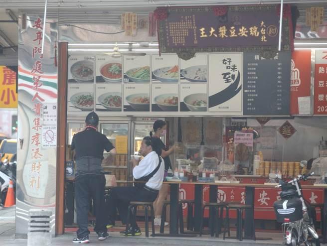 雙北市開放內用,今天一早就有民眾到燒餅豆漿店用早餐。(陳君瑋攝)