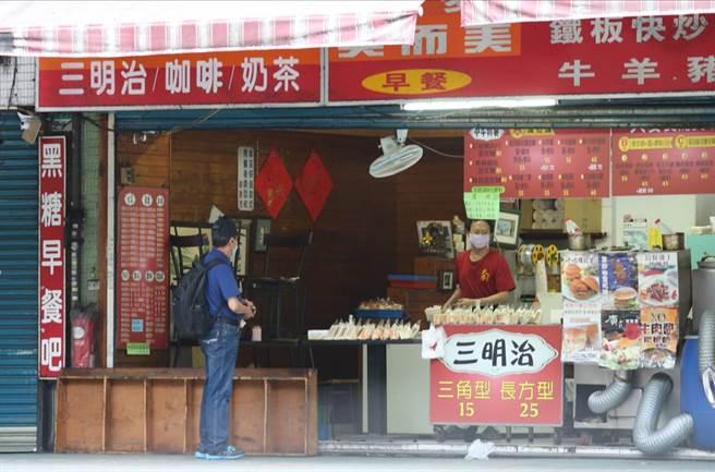 雙北市開放內用,有些早餐店還是只提供外帶不開放內用。(陳君瑋攝)