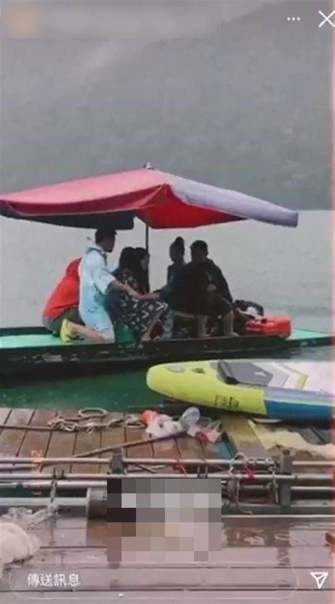 網紅祈錦鈅與朋友到霧社水庫遊玩,搭乘竹筏遊湖均未戴口罩。(圖/翻攝自Dcard)