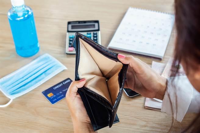 女領薪水遭去尾數,網友驚呼老闆也太摳門,一般都是無條件進位或四捨五入,哪有人無條件捨去。(圖/Shutterstock)