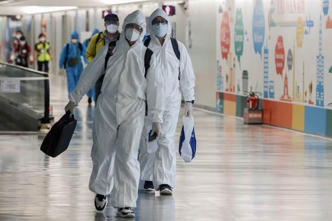 招名威表示Delta已到台灣門口,他並引述美國資料說,染Delta多是「沒打疫苗」和「打了一劑或兩劑卻長期待在室內者」。圖為桃園機場入境旅客檢疫的畫面。(陳麒全攝)