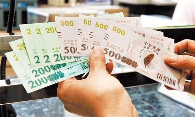政院規劃推出「振興五倍券」。圖為行政院去年推出的振興三倍券。(資料照)