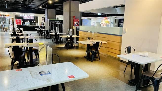 家樂福美食街混坐區、主題餐廳場內座位容留管制(座位數減半),各桌前後左右加大1.5米距離。(家樂福提供)