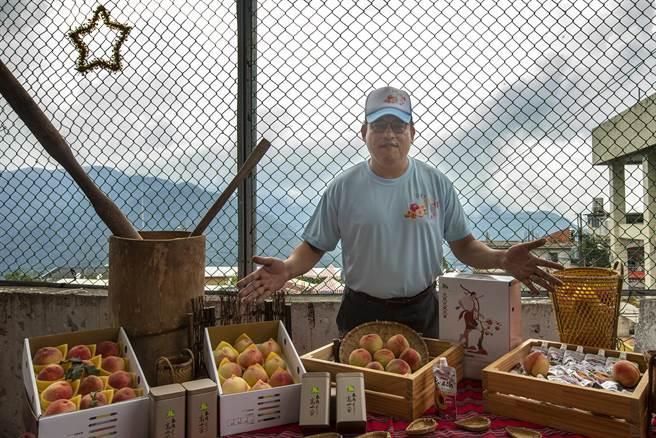 尖石鄉長曾國大因應疫情設立尖石水蜜桃「線上銷售平台」,鄉公所統計首次網購幫農民銷售約540萬元的水蜜桃,成績還算不錯。(羅浚濱攝)