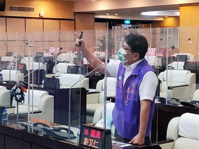 台南市議員許又仁批台南市的國中校長遴選有問題。(洪榮志攝)
