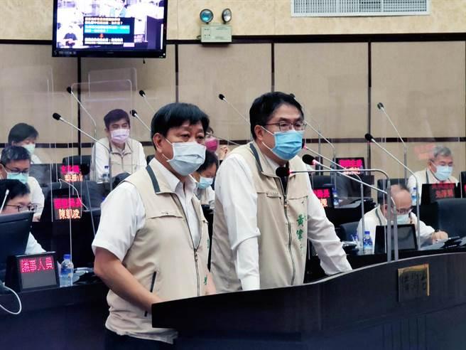 台南市長黃偉哲(右)、教育局長鄭新輝認為,校長遴選的核心精神,是為學校選出優秀的校長。(洪榮志攝)