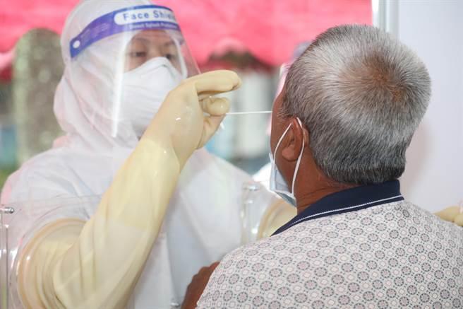 工廠群聚感染事件後,縣府以擴大篩檢站因應,自7月31日至昨8月2日共快篩1511人,全數陰性。(嘉義縣政府提供∕呂妍庭嘉義傳真)