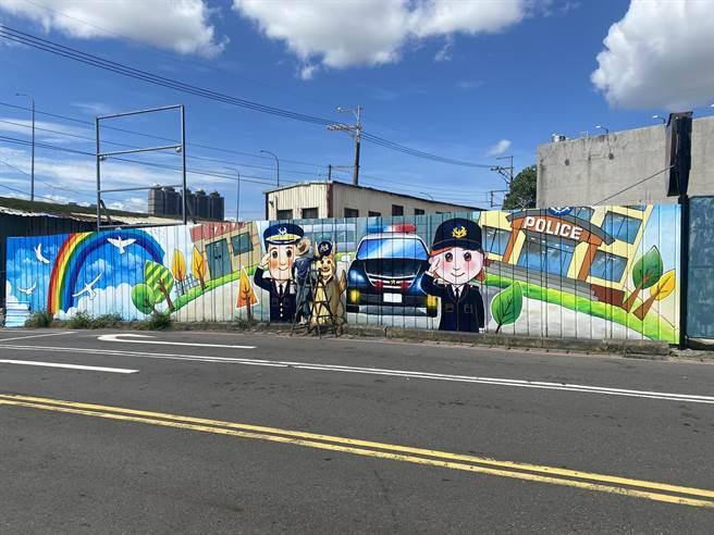 新莊派出所外側的圍籬,由新莊區公所彩繪方式畫上卡通波麗士,外牆繽紛亮麗(戴上容攝)