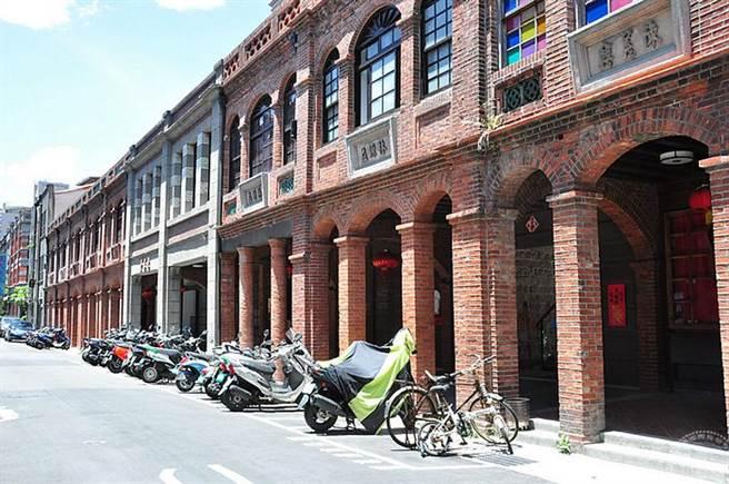 迪化街一段十連棟為日據時代用紅磚建造之2樓房仿巴洛巴建築(工務局提供)