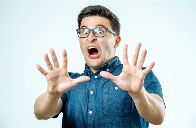 雙子座、天蠍座、射手座、雙魚座、處女座的男性在感情上最沒責任感,不僅三心二意又多情。(圖/Shutterstock)