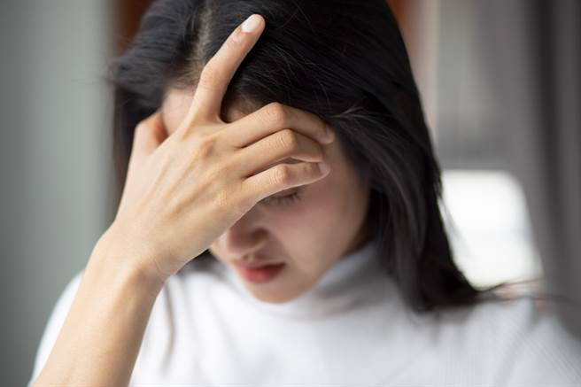 一般頭痛只是單純頭痛,但新冠頭痛通常會同時有發燒、鼻塞、流鼻水、喉嚨痛及流鼻水5種症狀,李龍騰提醒民眾要提高警覺。(圖/示意圖,達志影像)