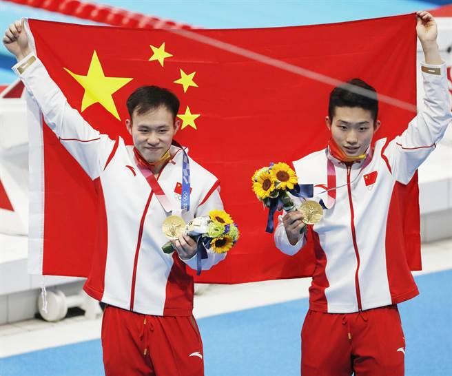 謝思埸(左)和王宗源之前攜手奪得雙人三米板金牌。(澎湃新聞)