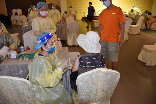 苗栗縣政府將成立服務據點協助長輩上網登記施打疫苗。(謝明俊攝)