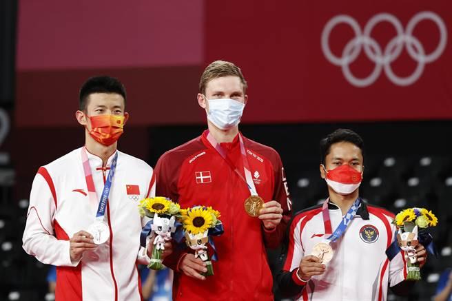 東京奧運會羽毛球男子單打決賽中,丹麥選手安賽龍戰勝中國選手諶龍,奪得冠軍。(中新社)