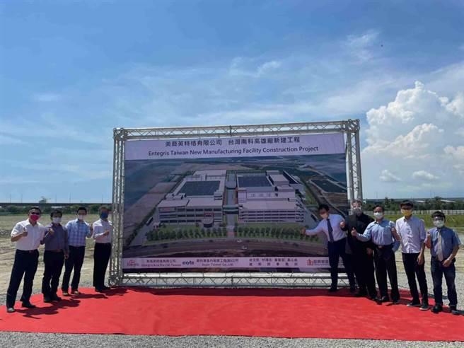 英特格台灣總經理謝俊安(左四)感謝高市府及南科管理局大力支持,未來台灣將成英特格在亞洲最大的製造基地。(高市經發局提供/柯宗緯高雄傳真)