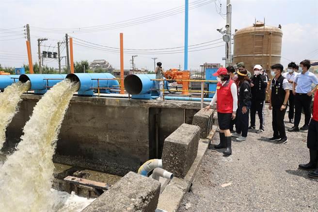 雲林縣長張麗善(前左一)沿海3鄉鎮勘災,通盤檢討排水系統。(張朝欣攝)