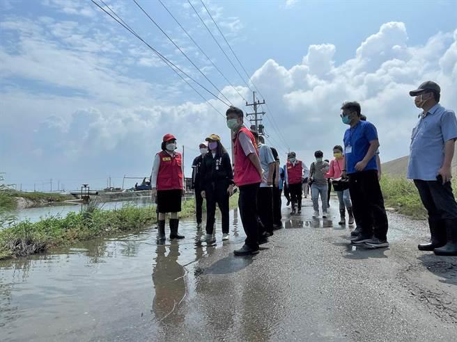 雲林縣長張麗善(左一)沿海3鄉鎮勘災,通盤檢討排水系統。(張朝欣攝)