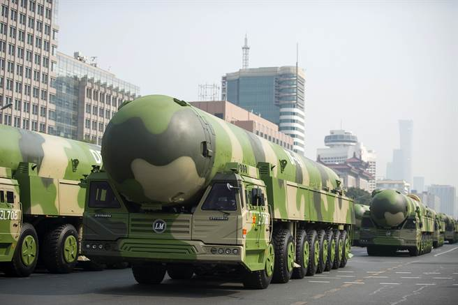 大陸核武力量將在10年後追上美俄,軍控領域遊戲規則以及全球戰略平衡都將因此發生根本改變。圖為中共閱兵時展示的東風-41洲際戰略核導彈。(圖/新華社)