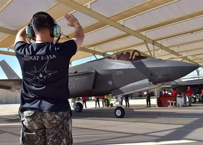韓國政府決定挪動國防預算用在防疫工作,會排擠F-35的換裝,但韓國認為影響不大。圖為路克空軍基地的韓國F-35A。(圖/洛克希德馬丁)