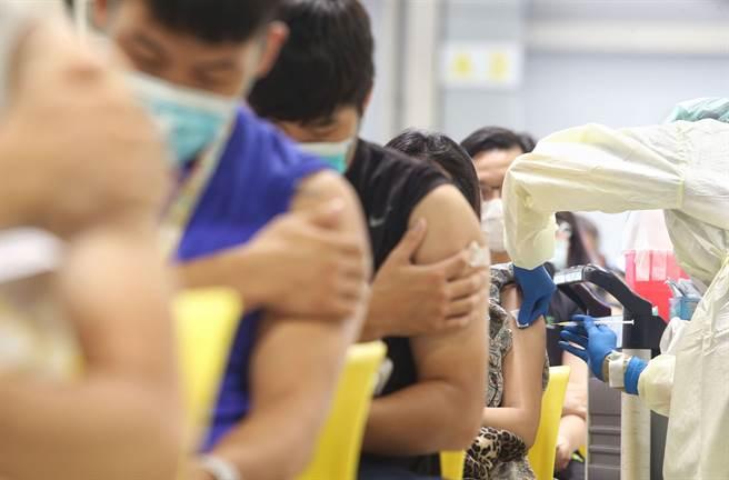 第五輪公費疫苗8月5日開放預約,主要接種疫苗為莫德納,有醫師指出,莫德納有特殊副作用,尤其2種年輕人應特別注意。圖為北市疫苗接種站。(資料照/王英豪攝)