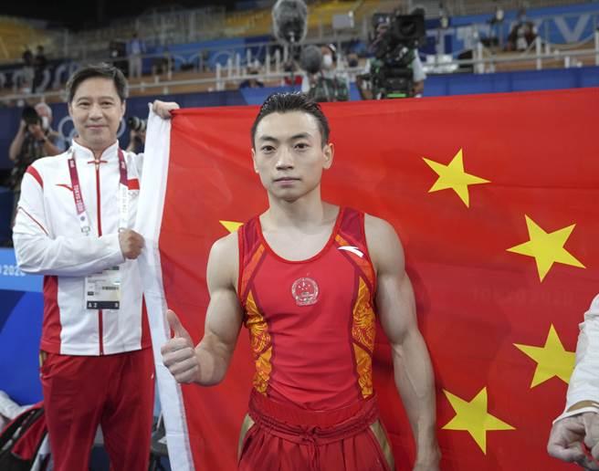 東京奧運會體操項目男子雙杠決賽中,中國選手鄒敬園奪得冠軍。(新華社)