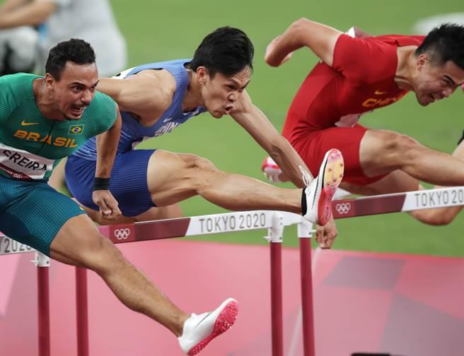 中華隊陳奎儒(中)勇闖110公尺跨欄準決賽。(季志翔攝)