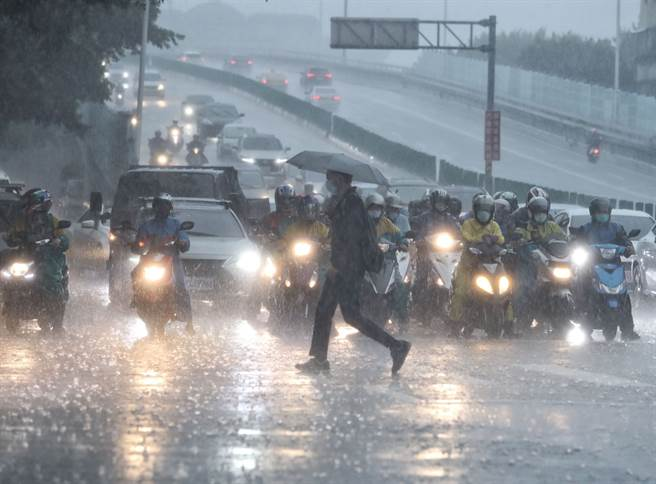 中央氣象局表示,位於香港附近的熱帶性低氣壓最快明(4)日升格為輕度颱風「盧碧」,恐再度為中南部帶來大雨或豪雨。(劉宗龍攝)