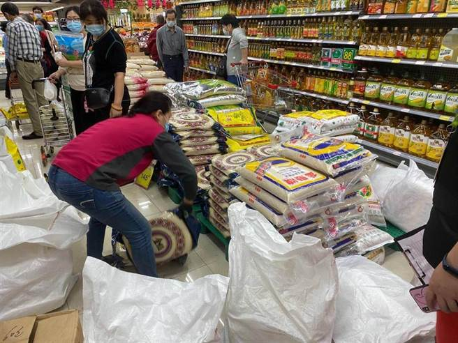 澳們官方宣布進入即時預防狀態的消息一出,大批澳門民眾湧入超市購買食品及日用品。(示意圖/中新社)