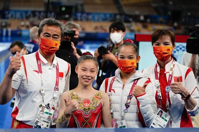 中國體操隊平衡木選手教練賽後合影。(澎湃新聞)