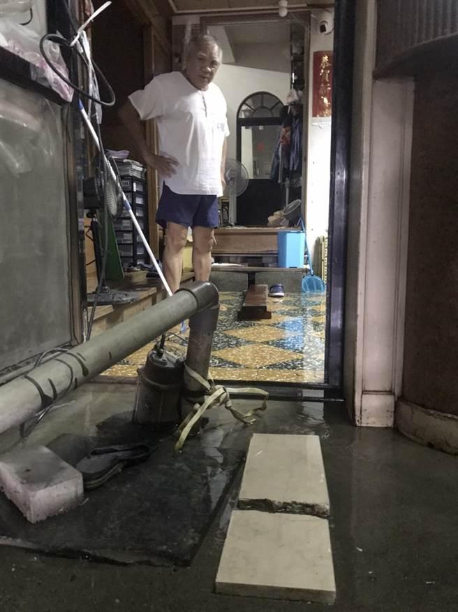 屏東縣林邊鄉3日雨勢停歇,但鎮安村仍積水不退,有住戶自備抽水機抽水,才讓屋內積水漸漸稍退。(謝佳潾攝)
