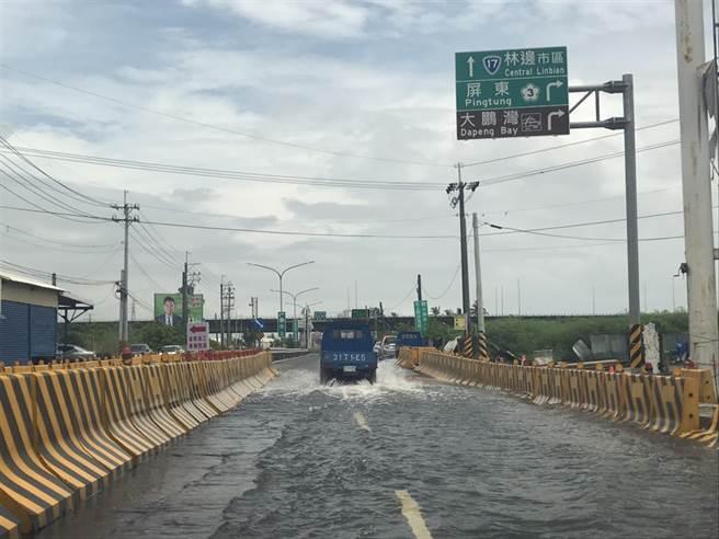 連日豪大雨來襲,屏東多處傳出淹水災情,不料3日雨勢停歇,林邊鄉鎮安村仍積水不退。(謝佳潾攝)